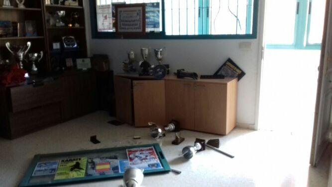 Varias cosas tiradas por el suelo en una de las oficinas robadas.