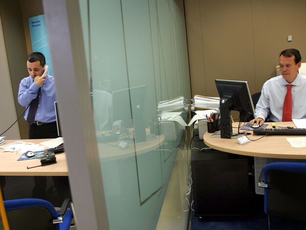 Los empleados de banca y seguros son los que m s cobran en for Unicaja oficinas malaga