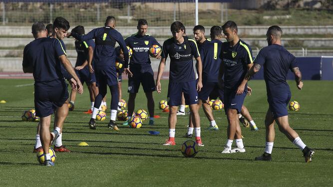 La plantilla se ejercita en el estadio de atletismo Ciudad de Málaga.