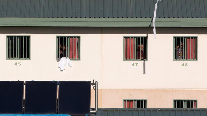Un grupo de inmigrantes se asoma por la ventana en la cárcel de Archidona, en una imagen de archivo.