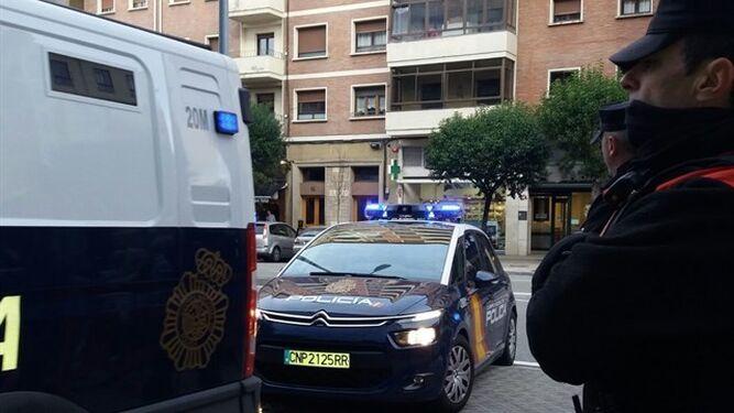 El vehículo de la policía donde fue transportada la menor acusada de lanzar mensajes de odio contra homosexuales y chiíes