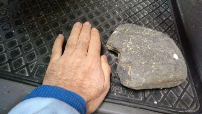 La piedra que impactó en la luna de la ambulancia.