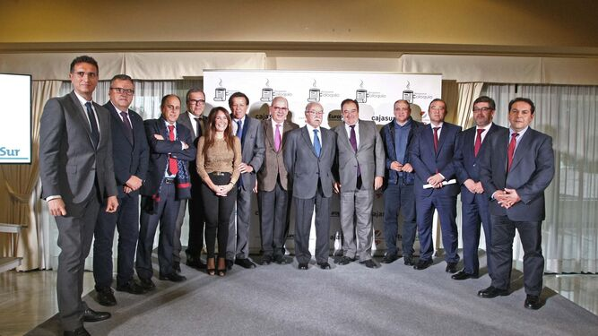 Los representantes del Puerto de Algeciras junto a autoridades del Campo de Gibraltar, empresarios y representantes de Cajasur, ayer.