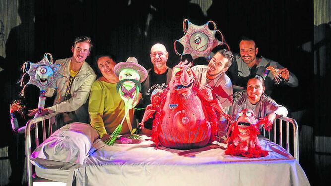 Javi Parra interpreta a 15 personajes con la ayuda de varios guiñoles durante la comedia dirigida por Ángel Calvente, fundador de la compañía Espejo Negro.