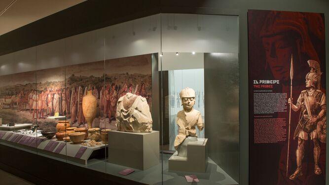 El Rey y la presidenta andaluza recorren la exposición temporal con que abre el museo.