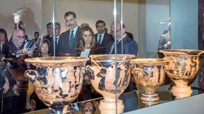 Susana Díaz estrecha la mano a Felipe VI tras inaugurar el nuevo equipamiento.