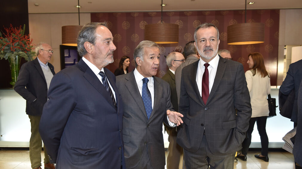 El presidente de Martín Casillas con los consejeros de la empresa Jorge Segura, consultor, y  José Luis Nores, socio de PwC.