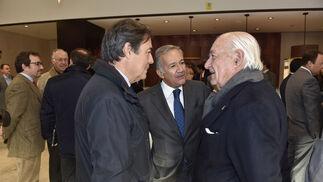 Ricardo Pumar, presidente de Inmobiliaria del Sur; Jorge Segura y Juan Ramón Guillén, presidente de Acesur.
