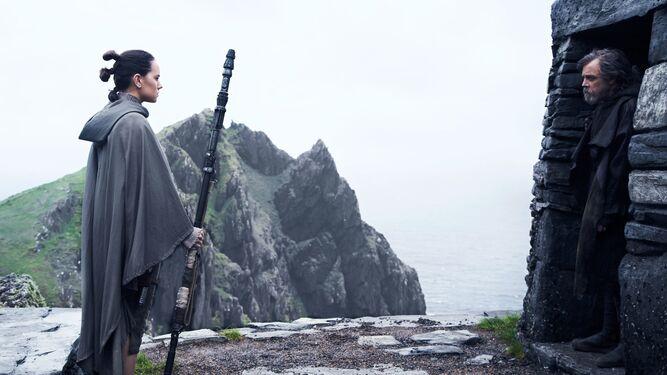 Daisy Ridley y Mark Hamill, en una escena de 'Star Wars: Los últimos Jedi'.