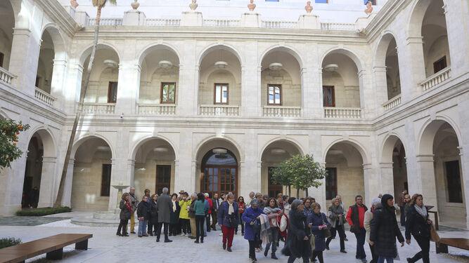 Visitantes en el patio central del Museo de Málaga, en el Palacio de la Aduana.