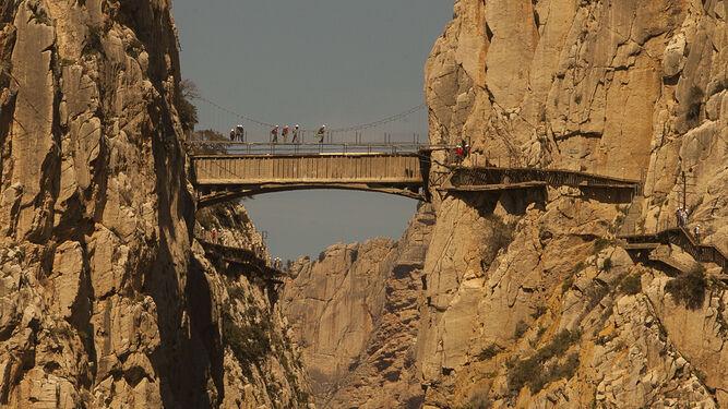 Puente colgante en uno de los tramos del Caminito del Rey.