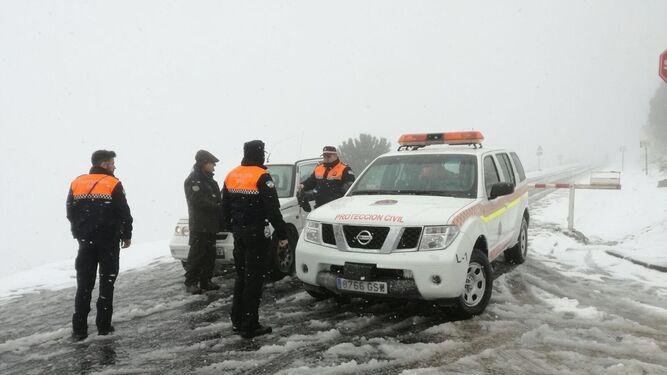Agentes de Protección Civil en la carretera cortada