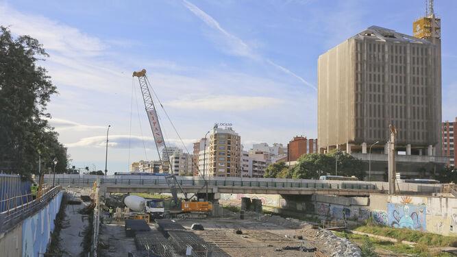 Trabajos del Metro de Málaga en el río Guadalmedina.
