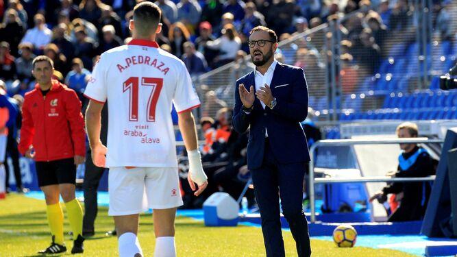 Alberto Bueno, en su presentación en el césped del estadio de La Rosaleda.