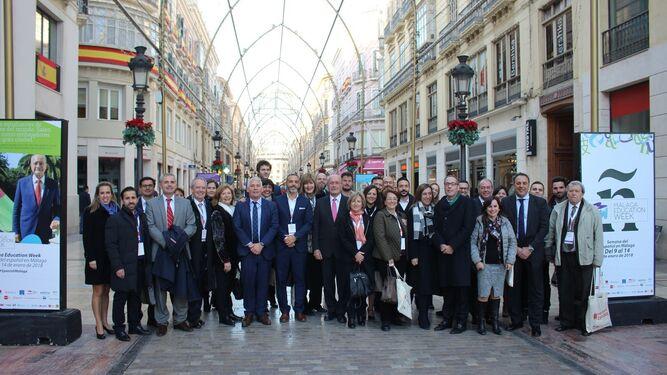 Foto de familia en calle Larios de los ponentes y participantes del congreso 'El español como recurso económico y turístico'.
