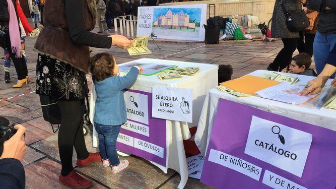 Mesas con 'catálogos' de óvulos, de niños y madres y folletos informativos.