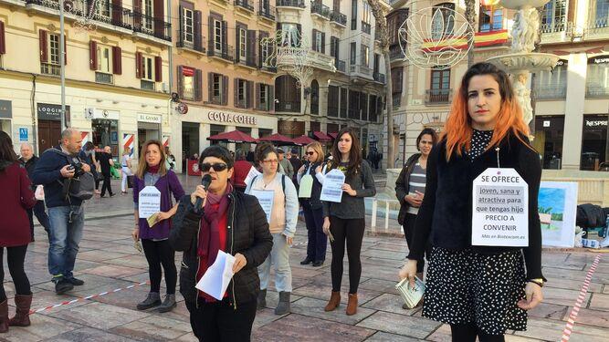 Momento de la subasta de mujeres teatralizada por la Recav Málaga ayer.
