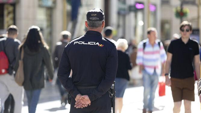 Un agente de Policía Nacional patrullando en una calle del centro de Málaga.