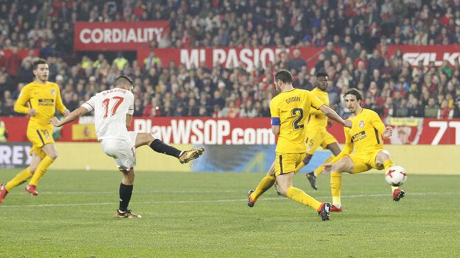 Sarabia dispara en el gol que sentenciaba la eliminatoria.