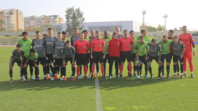 Los jugadores del Málaga y del Shonan Bellmare, en el Ciudad de Málaga antes de jugar.