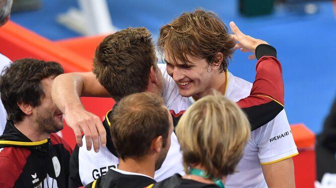 El alemán Alexander Zverev es felicitado por su equipo tras ganar a De Miñaur.