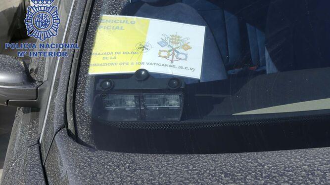 Un momento del registro efectuado por la Policía en el interior de las oficinas en Fuengirola.