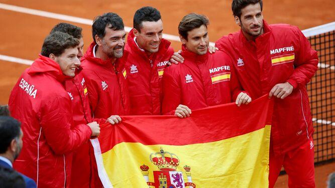 Los jugadores españoles celebran el triunfo sobre Gran Bretaña en la pista del C. T. Puerto Romano de Marbella.