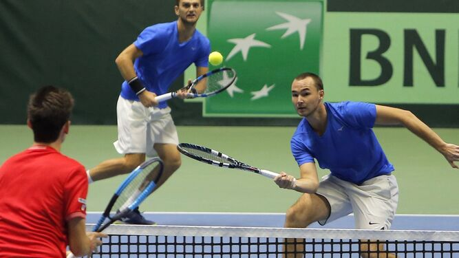Khabibulin y Nedovyesov, el doble kazajo, en la disputa del punto definitivo.