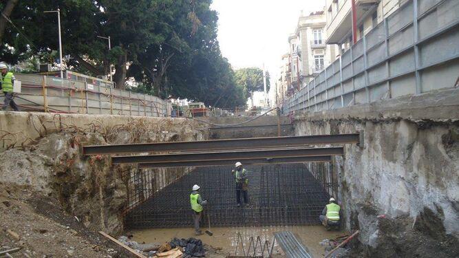 Operarios en la ejecución del túnel.