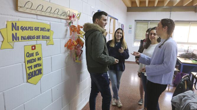 Mario Carrasco y Carmen Pinto hablan con sus compañeras.