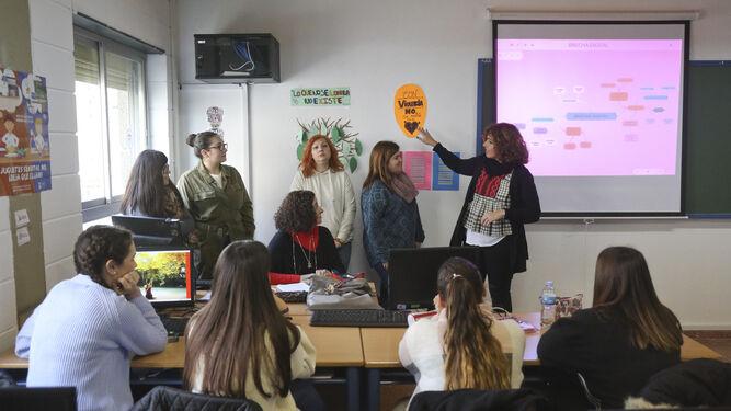 Algunas de las alumnas del Grado Superior Promoción de la Igualdad de Género y dos de sus docentes en el IES Ben Gabirol.