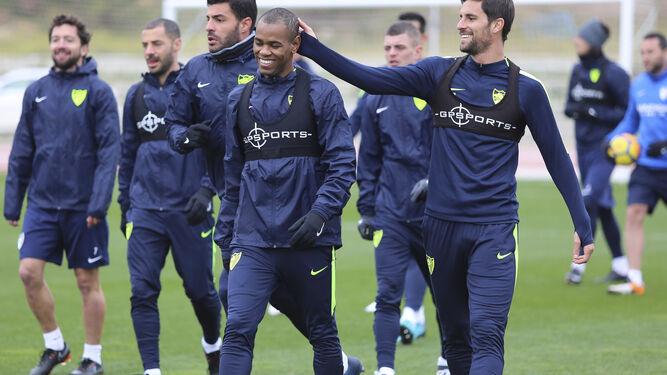 Adrián y Rolan bromean en un entrenamiento del Málaga esta semana.