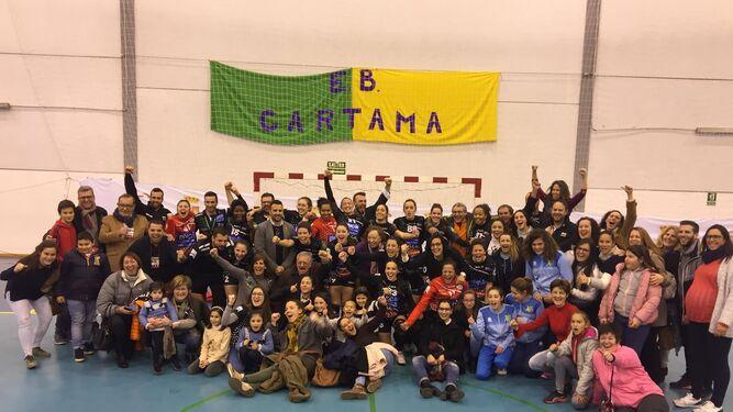 Jugadoras, directivos y familiares celebran el triunfo en Cártama.