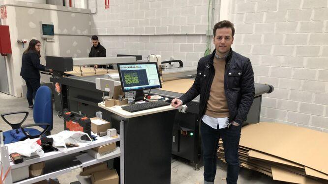 Álvaro Fernández posa en la empresa.