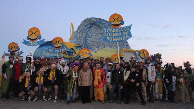 Foto de familia del Carnaval ante el Boquerón en la playa de La Malagueta.