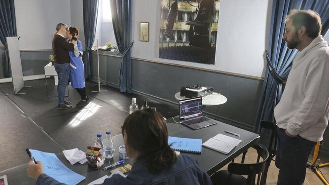 El director Antonio C. Guijosa observa durante el ensayo de la función.