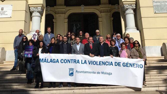 Minuto de silencio por el crimen machista de La Viñuela en el Ayuntamiento.