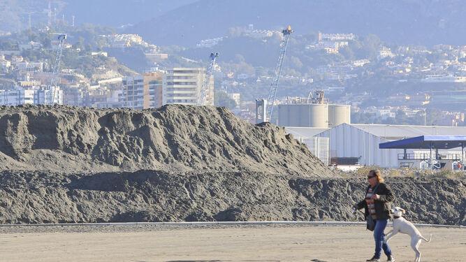Montaña de arena en la playa de San Andrés para su reposición.