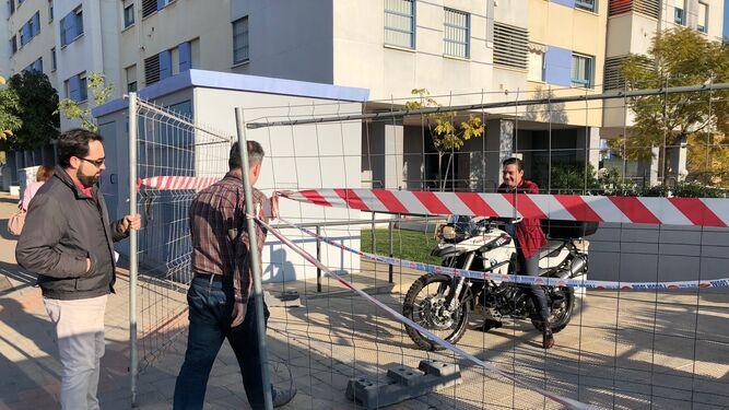Un vecino, ayer por la tarde, saca su moto del garaje precintado.
