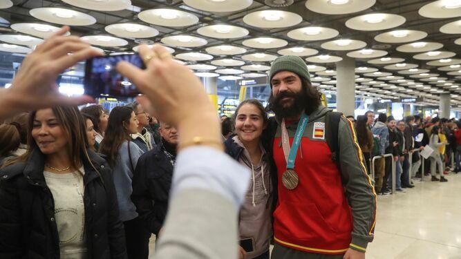 Aficionados hacen cola para hacerse fotos con el malagueño a su llegada al aeropuerto.