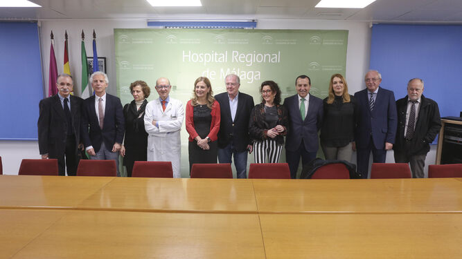 La consejera, ayer, con el grupo de expertos que trabaja en el diseño de la infraestructura hospitalaria de Málaga.