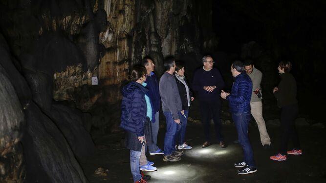 Cantalejo observa una de las pinturas de los neandertales