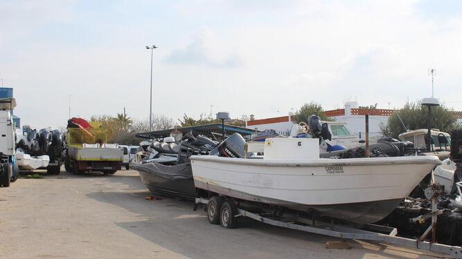 Embarcaciones incautadas en operaciones policiales que permanecen almacenadas en el depósito judicial de Conil.