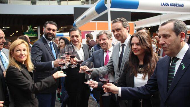Francisco Javier Fernández, Juan Antonio Lara, Norberto del Castillo, José García Ortiz y José Luis Ruiz Espejo con diversas autoridades.