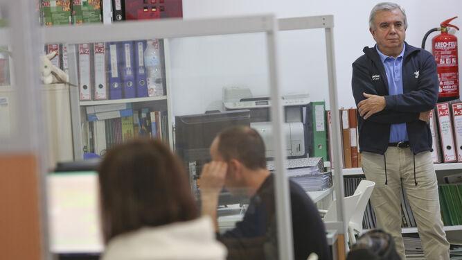 Manuel Calvo en la sede de la ONG Arrabal-AID, donde cada semana acude como voluntario de La Caixa.