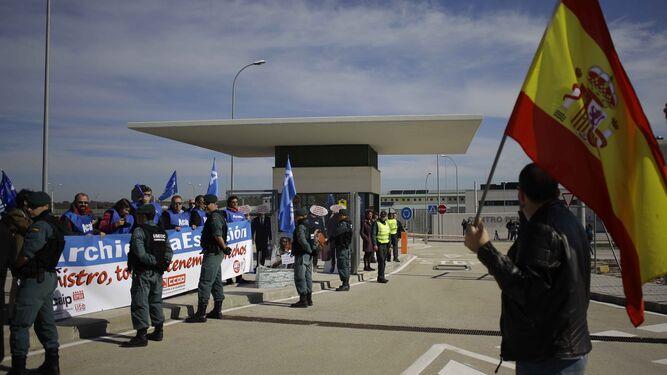 Protesta de los sindicatos de prisiones a las puertas de la cárcel.