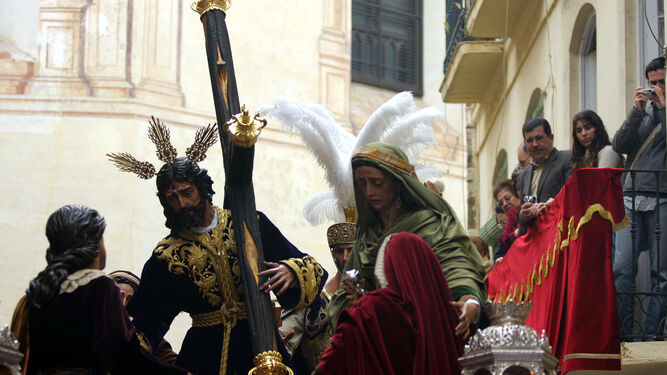 Balcones adornados al paso de la cofradía de Salutación por la iglesia de San Felipe Neri.