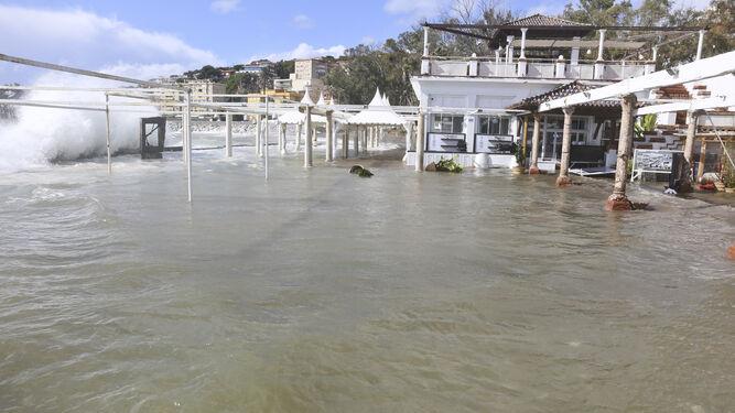 La terraza de El Balneario inundada a causa del oleaje de ayer.