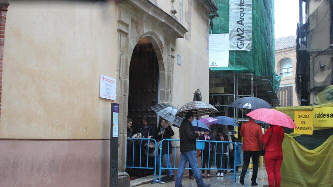 Los paraguas fueron protagonistas de las colas que se vieron en la calle.