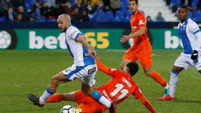 Nordin Amrabat, en diferentes acciones del partido contra el Málaga.